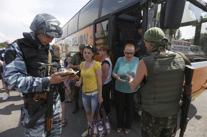 Ofensiva ucraniana sufre revés tras derribo de helicóptero y rebeldes admiten presencia rusa en sus filas