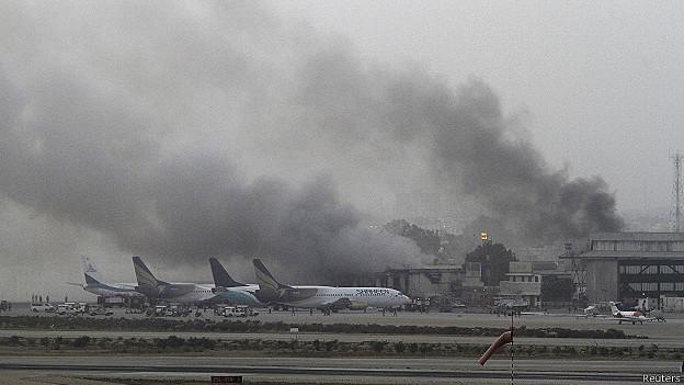 Pakistán: al menos 28 muertos en ataque al aeropuerto de Karachi