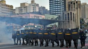 La policía antidisturbios reprimió la protesta.