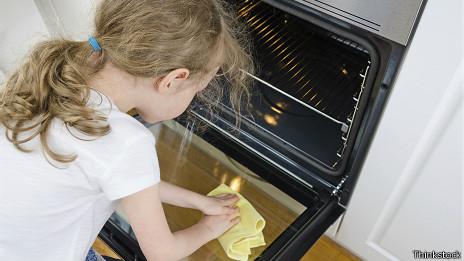 En España se discute si legislar sobre las responsabilidades de los niños en el hogar.