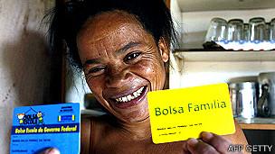 Programas como Bolsa Familia transfieren recursos a cambio de que los niños sigan en la escuela.