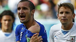 Chiellini no dejó de mostrar la aparente mordida de Suárez.