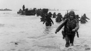 Soldados estadounidenses desembarcan en la playa llamada en código Utah.