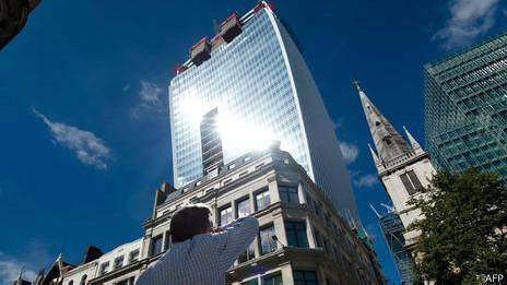 El edificio cóncavo de vidrio apodado Walkie Talkie en Londres derrite autos.