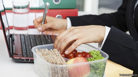 En realidad la ley no exige que los empleadores den tiempo a los trabajadores para comer.