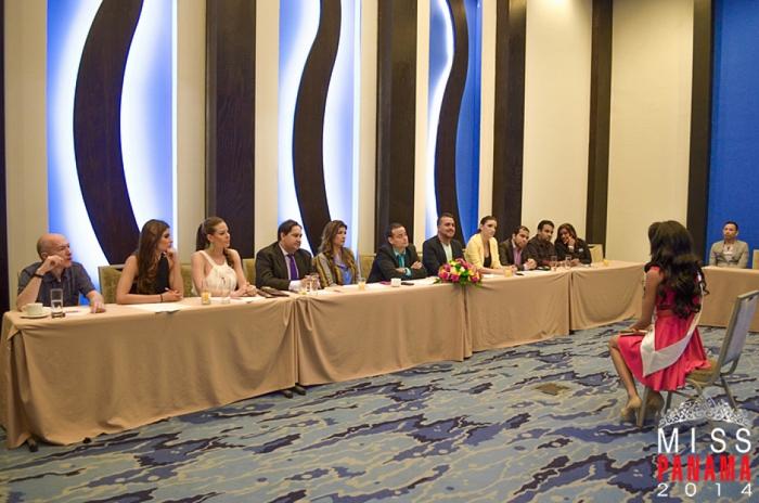 Gerardo Mosquera, primero a la izquierda, en el jurado de Miss Panamá