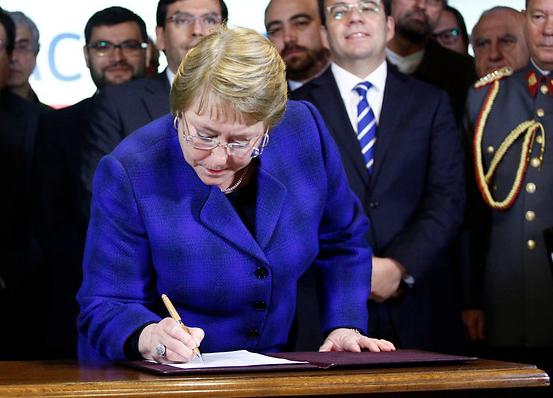 Bachelet firma proyecto de ley que fortalece el Sernac y asociaciones de consumidores