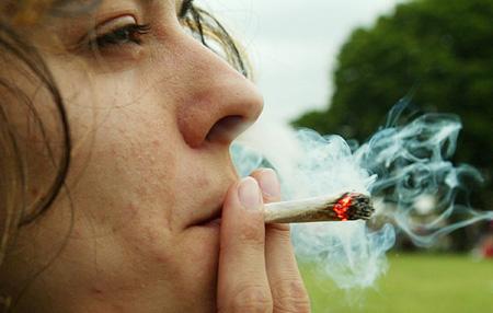 Colegio admite que estudiantes consumen drogas y lanza campaña para evitar daños