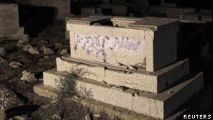 Las tumbas estaban evidentemente profanadas cuando llegó la policía.