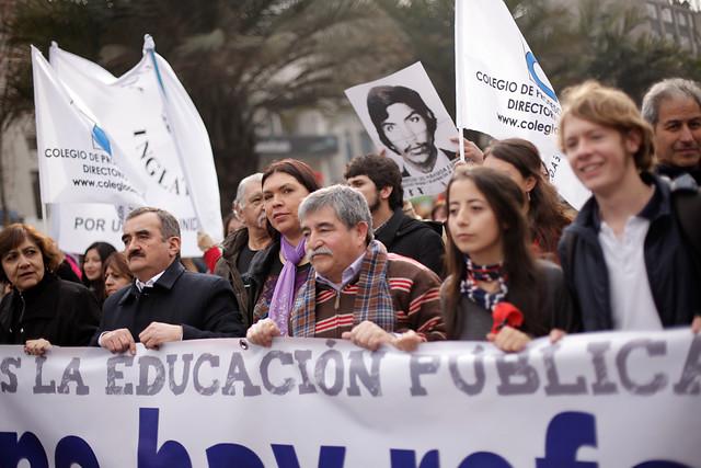 Profesores marchan por la desmunicipalización con ayuda de los estudiantes universitarios