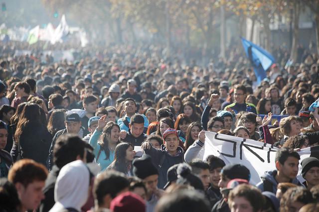 Estudiantes vuelven a la calle y advierten que reforma educacional no termina con la segregación escolar