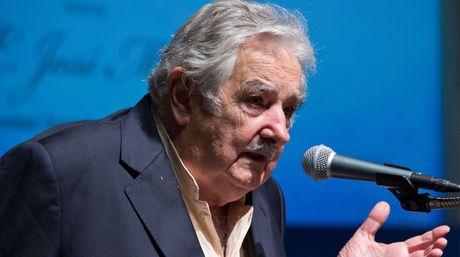 Mujica saca el hincha charrúa y defiende a Suárez: