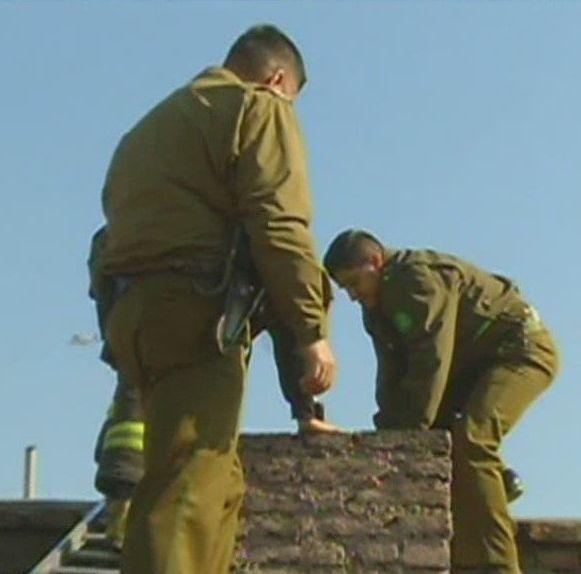 Rescatan y arrestan a ladrón atrapado en la chimenea de un restaurante