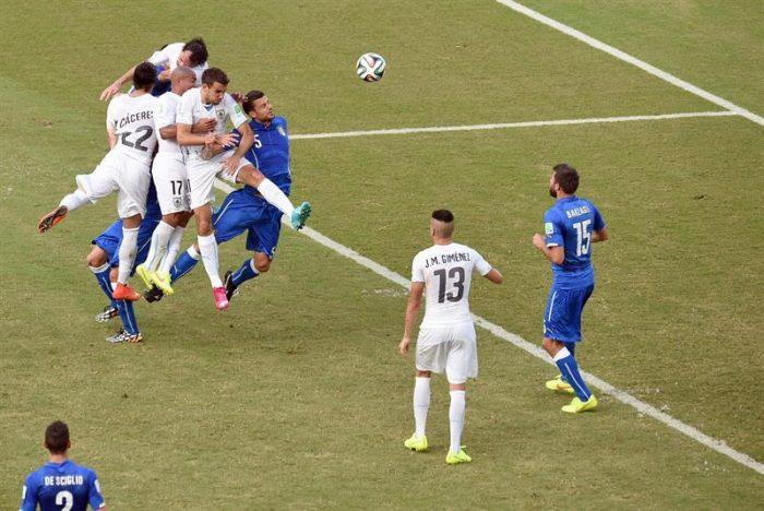 Godín da la victoria a Uruguay que pasa a octavos y elimina a Italia