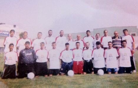 Foto en el Estadio Palestino del equipo que entrenó Bernardo Bello. Él es el sexto de izquierda a derecha.
