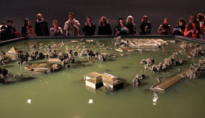 Obrta: Los pabellones de los Giardini en la mesa-piscina se hunden y emergen repetidamente. Autor: Alfredo Jaar, Venecia 2013