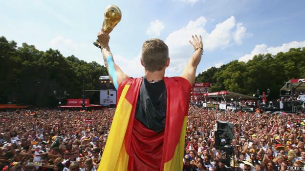 Alemanes dañaron la Copa del Mundo durante la celebración en Berlín