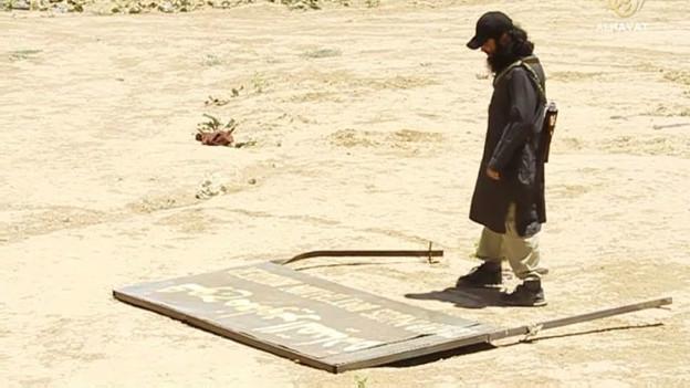 """El yihadista chileno muestra """"la destrucción"""" de las fronteras de Irak y Siria."""