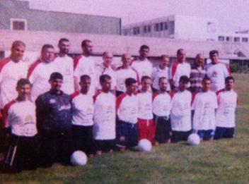 Otra foto en el Estadio Palestino antes de ser destruido. Bello es el quinto de izquierda a derecha.
