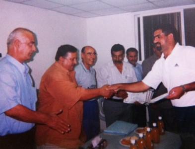 En la entrega de diplomas por haber terminado el curso. El tercero de izquierda a derecha es Bello.