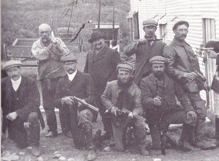 """Grupo de """"cazadores de indios"""" de una de las estancias de Tierra del Fuego (instituto Patagonia)"""