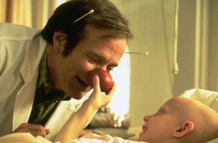 """Patch Adams. Nadie podrá olvidar a Williams con su pequeña nariz roja de payaso y su increíble actuación basada en la historia de la vida del Dr. Hunter """"Patch"""" Adams y el libro Gesundheit: Good Health is a Laughing Matter, de Adams y Maureen Mylander."""