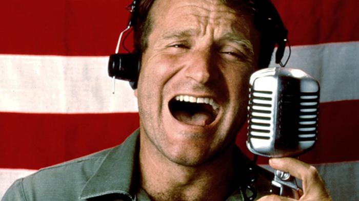 Buenos días Vietnam (Goog moring Vietnam en inglés). Durante la Guerra de Vietnam, Adrian Cronauer (Robin Williams), un disc-jockey de la Fuerza Aérea de los Estados Unidos, llega a Saigón para entretener a los soldados desplegados en Vietnam.