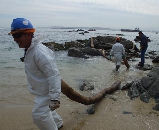 Derrame de petróleo afecta a Quintero y ambientalistas advierten sobre el fin de la pesca artesanal