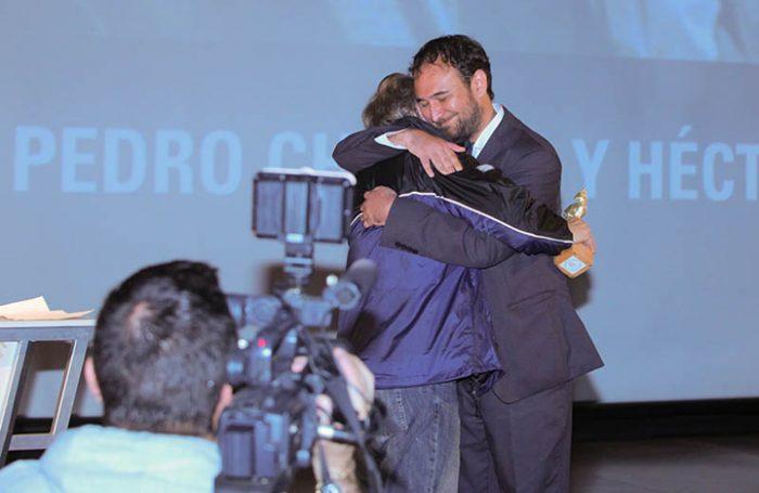Raúl Camargo entrega el Pudú Honorífico como reconocimiento a la trayectoria a Pedro Chaskel en FICValdivia 2014