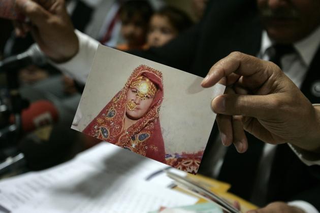Pena de muerte para cuatro familiares de mujer paquistaní a la que mataron a ladrillazos