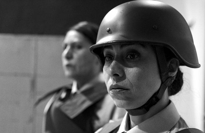 «Por la razón o la Fuerza»: La obra de teatro del hijo de Guillermo Teillier que repara en la violencia de Carabineros