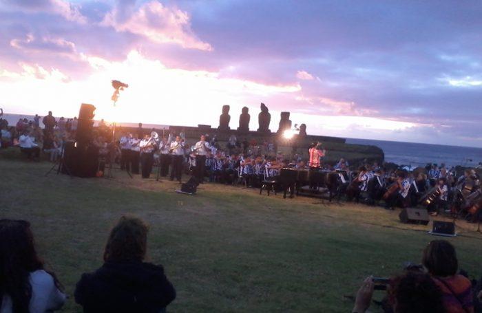 Sinfónica de Chile tocando en Isla de Pascua