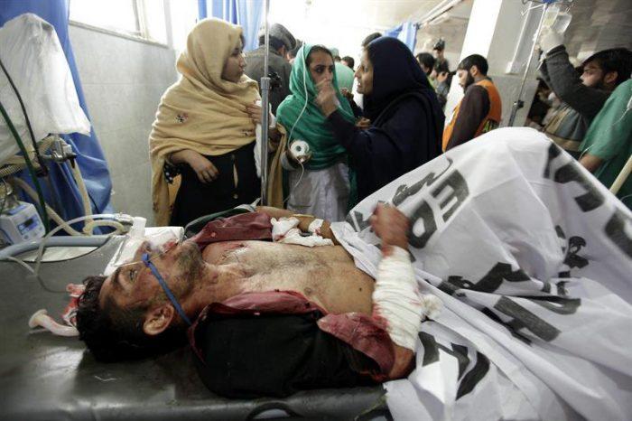 Al menos 126 muertos en asalto de talibanes a escuela en Pakistán
