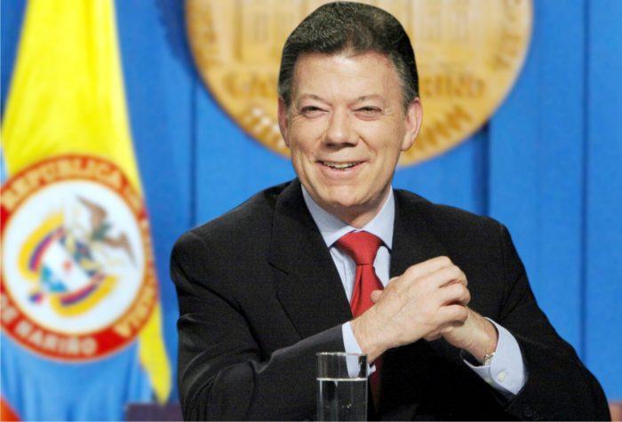 Santos dice al votar que el plebiscito puede cambiar la historia de Colombia