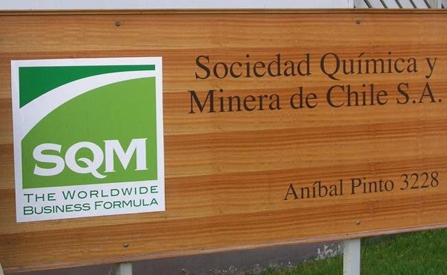 SQM suma y sigue: escritor Rivera Letelier, hijo de Longueira y más de 30 nombres vinculados a la política le boletearon el 2010 a la empresa