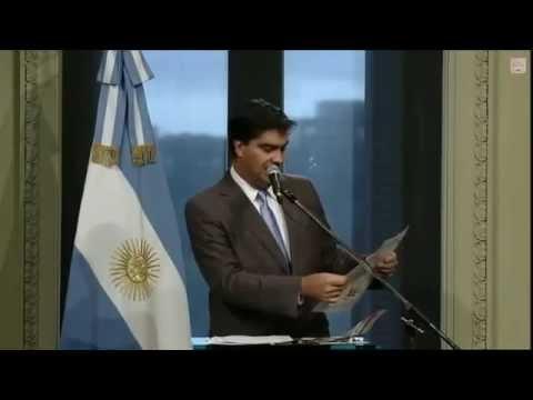 Ministro argentino Jorge Capitanich rompe en vivo dos páginas del diario Clarín
