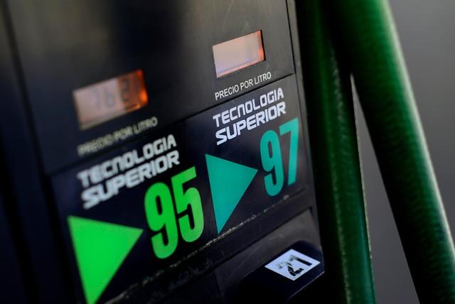 Tras quince semanas de precio congelado: bencinas subirán $5 por litro
