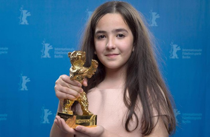Hana Saeidi, con el Oso de Oro otorgado a la película de su tío