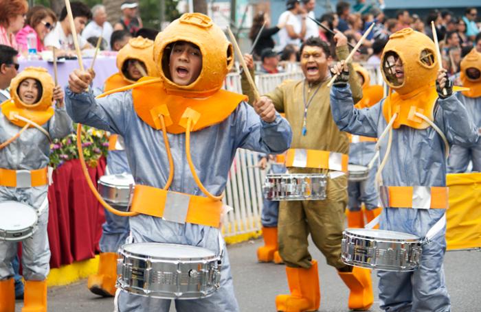 Fotorreportaje: Carnaval de San Antonio, la fiesta de colores de los barrios del litoral central
