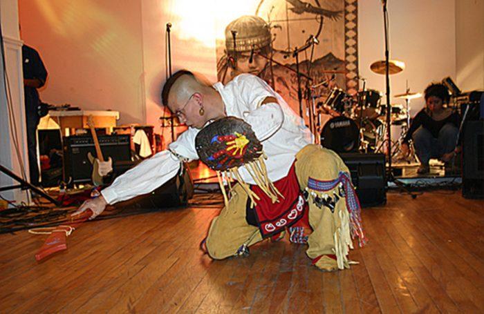 Chad Diabo en Womad Chile: El músico indígena que reivindica la cultura Mohawk