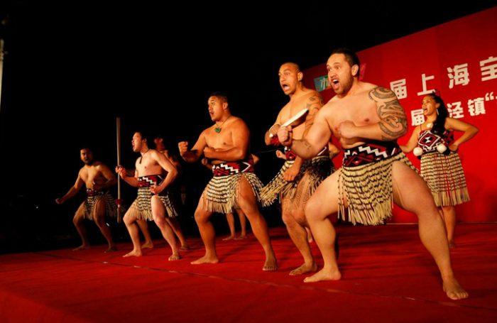 """""""TukuIho: Legado vivo"""", la exposición maorí que aterriza en Chile junto a artesanos nativos desde Nueva Zelanda"""
