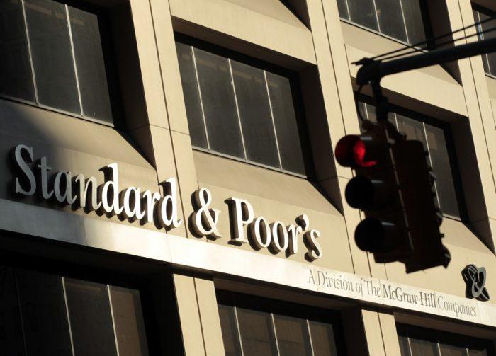 S&P rebaja a negativa la perspectiva de los bancos británicos por el