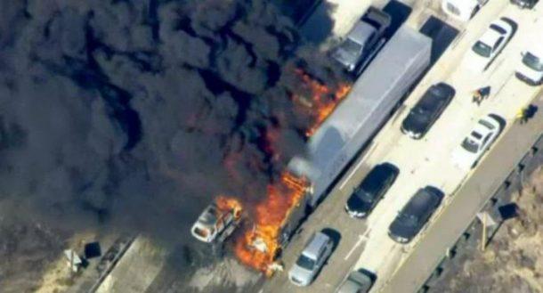 Incendio forestal alcanza una autopista en EE.UU. y quema una docena de vehículos