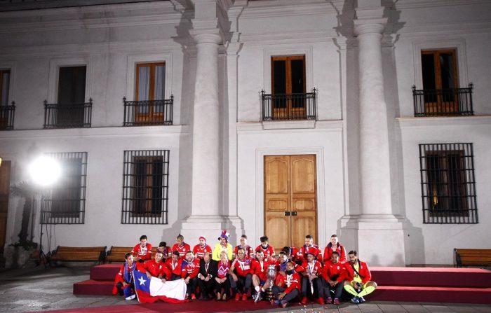 4 de julio del 2015/SANTIAGO La selección chilena llegan el Palacio de La Moneda donde es recibida por la Presidenta de la Republica Michelle Bachelet y posan para una fotografía oficial en el patio de los Cañones. FOTO: JAVIER SALVO/AGENCIAUNO