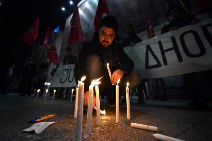 Cientos de personas se reúnen en Plaza Italia para velatón en homenaje a Nelson Quichillao