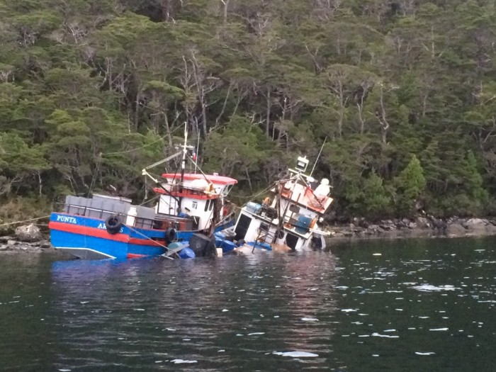 Armada rescata a siete tripulantes de lanchas pesqueras que chocaron de frente en Magallanes
