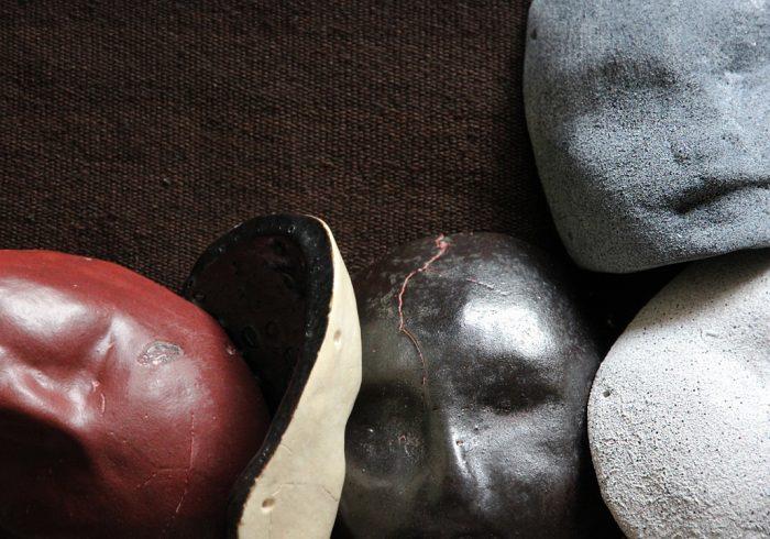 """Exposición """"Ánimas de un cotidiano"""" de María Trinidad Barros y Sebastián Calfuqueo en Galería Balmaceda Arte Joven, desde el 22 de julio"""