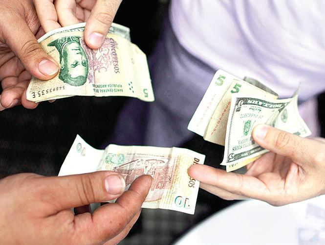 Uso de espías contra el mercado negro cambiario podría resultar contraproducente en Argentina