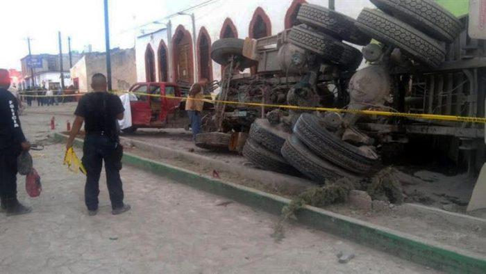Mueren 25 peregrinos atropellados por camión en México