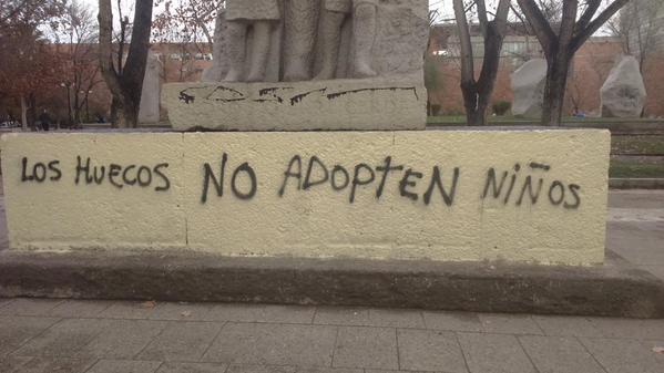 """""""Que los huecos no adopten niños"""", los rayados homófobos en esculturas del Parque Almagro"""
